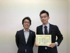 弁護士と男性が映る写真