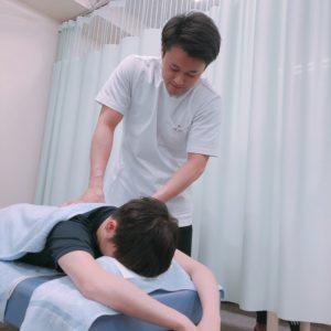 施術者が事故を受けた患者様に対して治療を行なっている